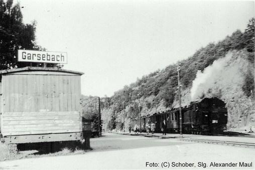 Eine VI K steht im Sommer 1955 im Bhf Garsebach mit einem abfahrbereiten Zug nach Wilsdruff.
